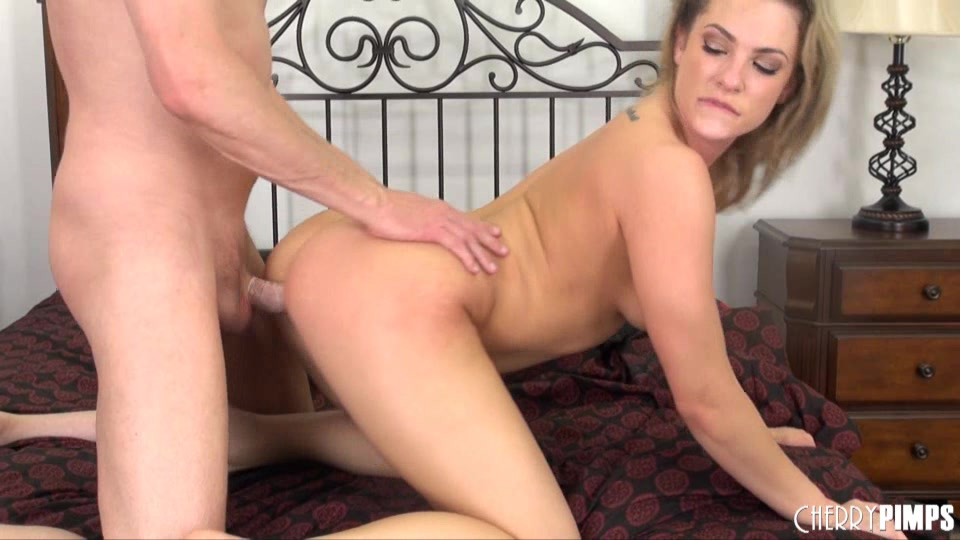 Dominating dyke toy plays with babe