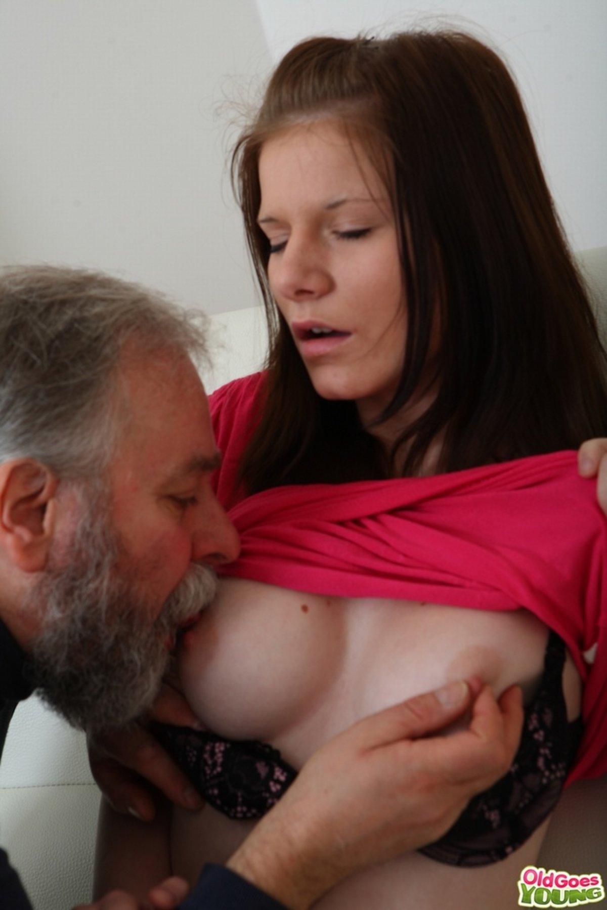 Старик сосет грудь девушке смотреть онлайн, секс видео с хорошей репутацией