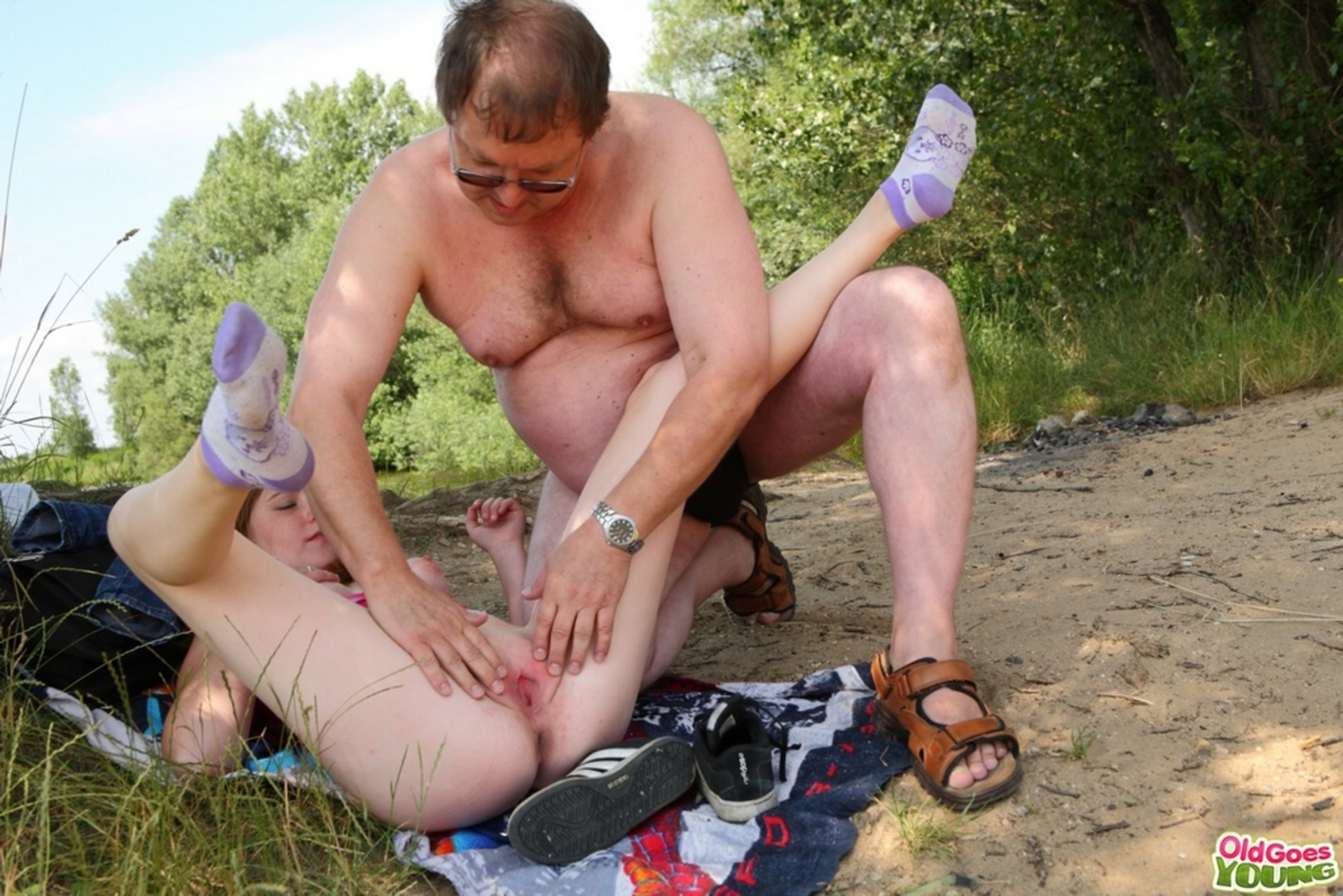 seks-s-bomzhom-na-ulitse-video-kucha-spermi-u-patsana