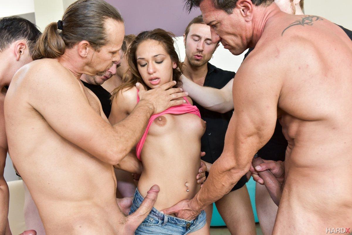 Баб групповуха с одной девушкой и много мужиков секс
