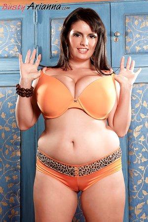 Fatty sexy brunette
